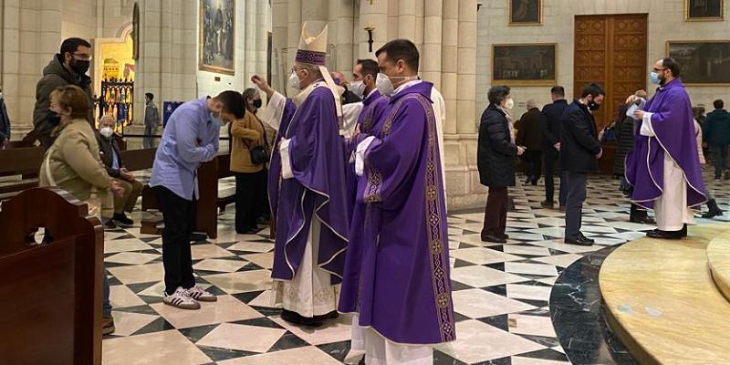 """Cardenal Osoro: «Recibir la ceniza quiere decir: """"Señor, reconozco que soy frágil, pero amado por Ti""""»"""