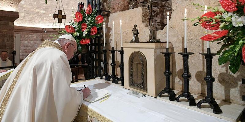 El Papa firma Fratelli Tutti