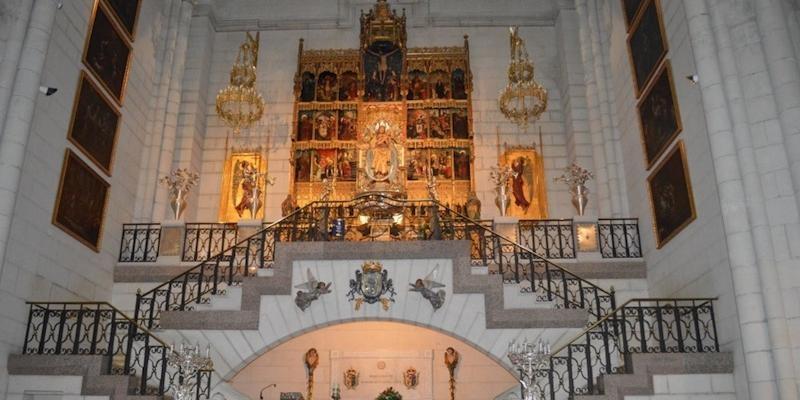 La catedral acoge la Misa mensual de la Real Esclavitud con imposición de medallas a nuevos congregantes
