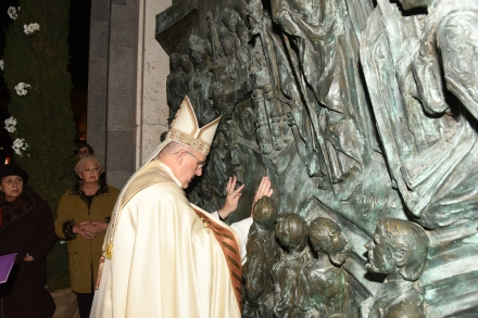 Monseñor Osoro anima a acoger, cultivar y anunciar la misericordia tras abrir la Puerta Santa